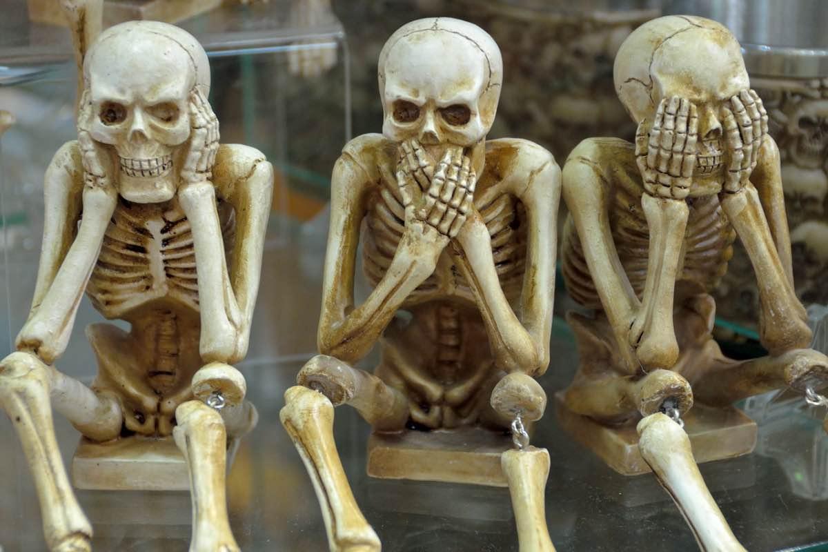 Três esqueletos sentados num banco