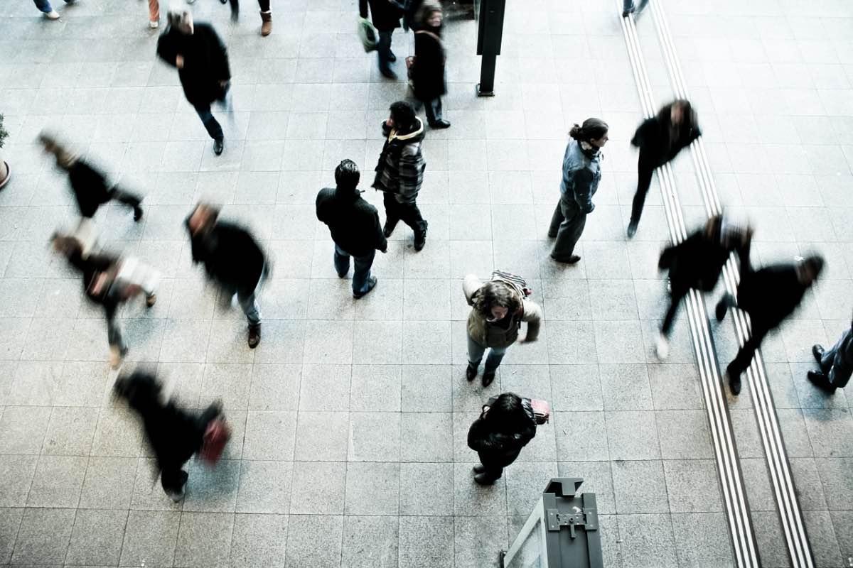 Pessoas a caminhar aleatoriamente