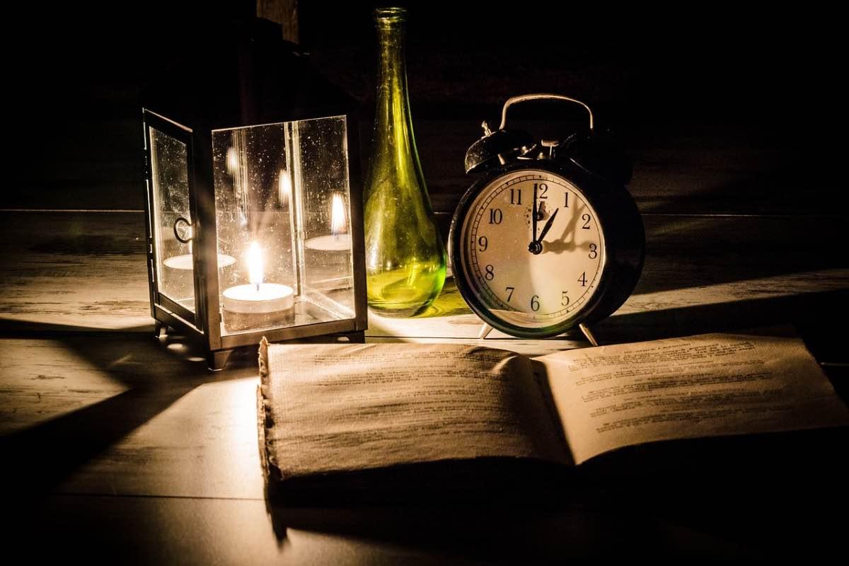 Livro num mesa com uma vela