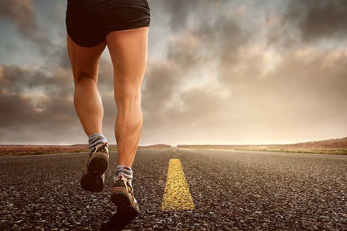 Homem a correr na estrada
