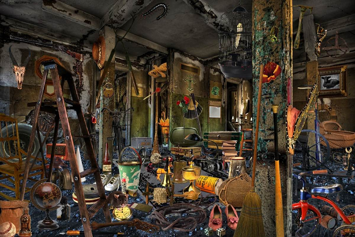 Sala degradada e cheia de tralha