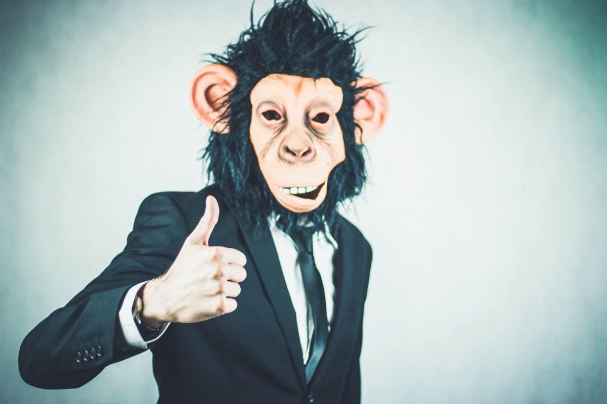 Homem de fato com máscara de macaco