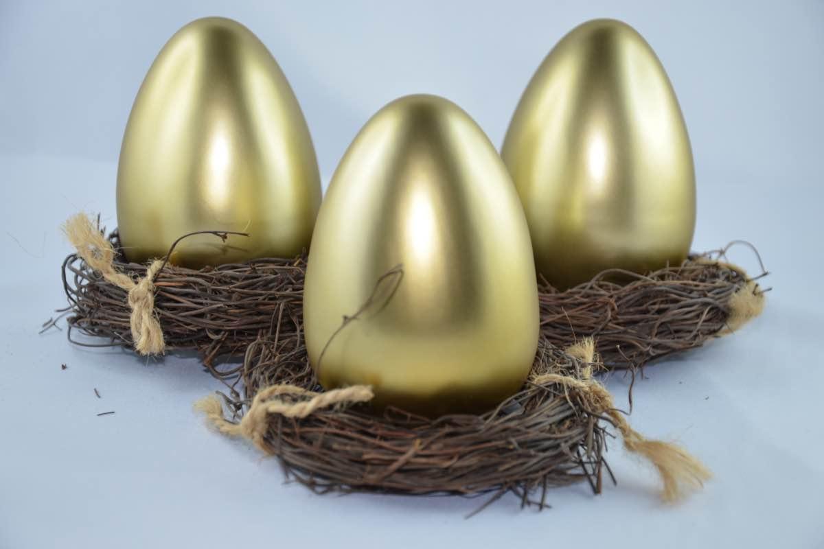 Três ovos dourados em ninhos