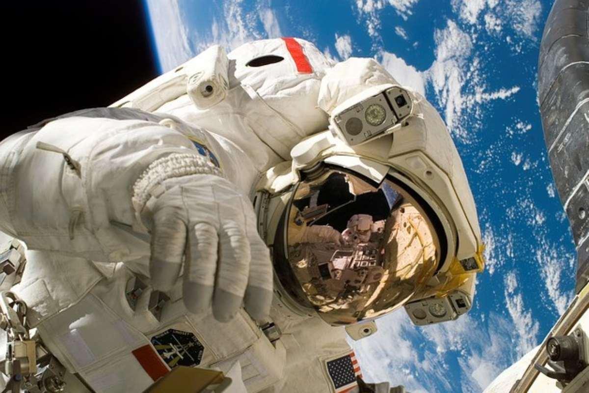 Astronauta a flutuar no universo