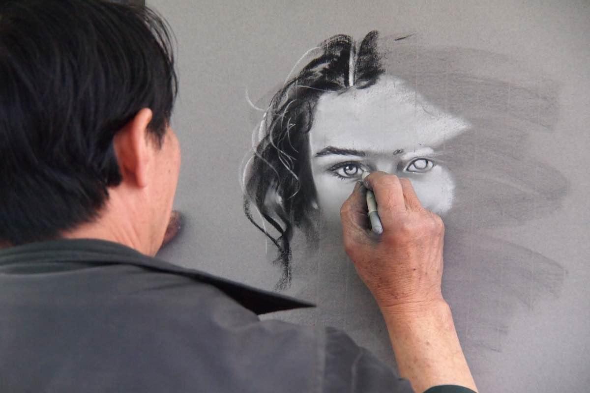 Homem a desenhar