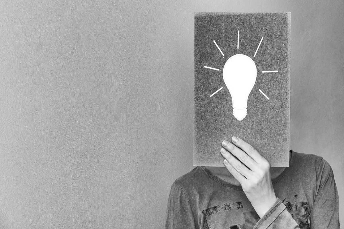 Homem com uma imagem de uma lâmpada