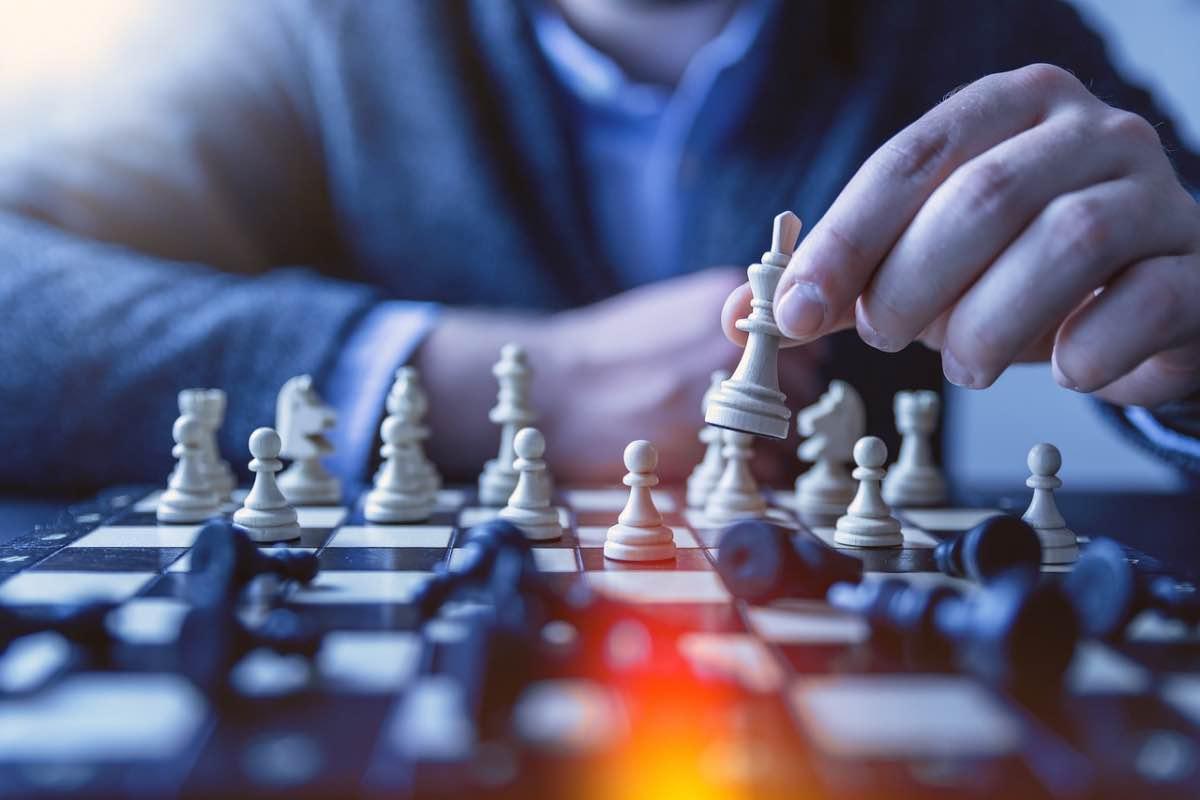 Homem a jogar xadrez