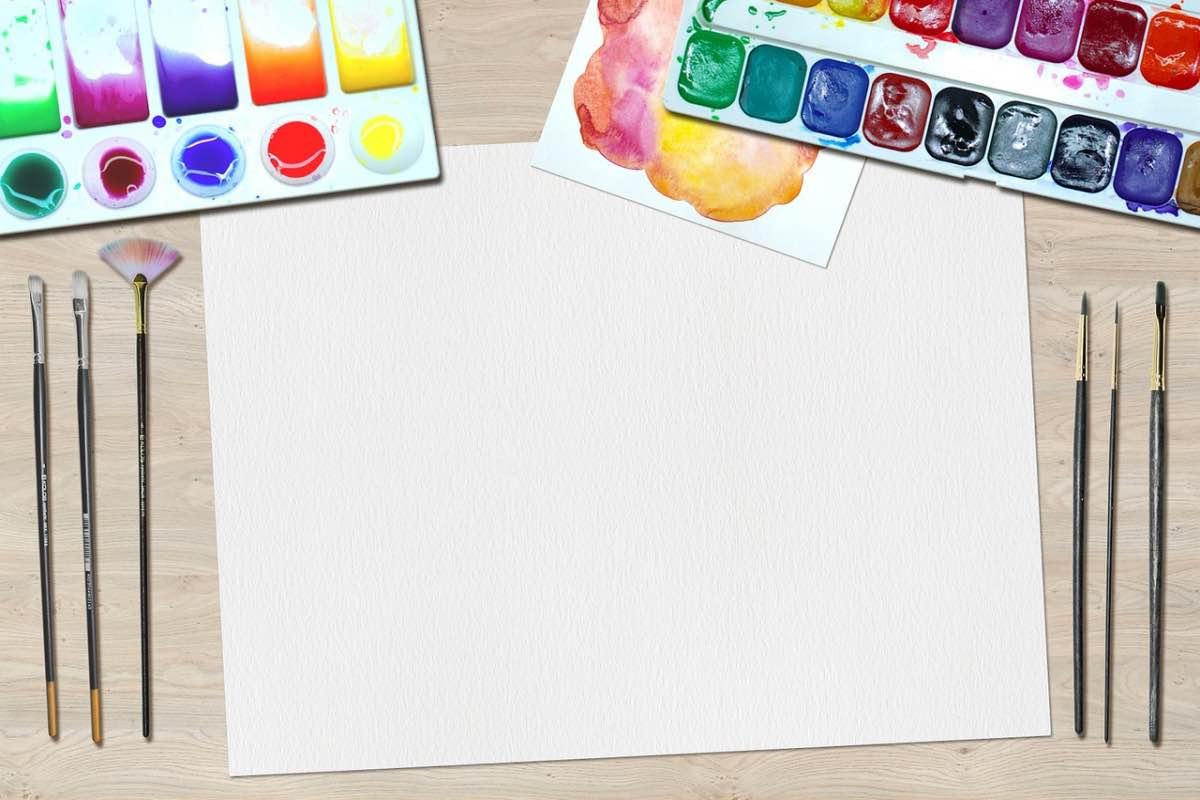 Folha com pincéis e tintas de diversas cores