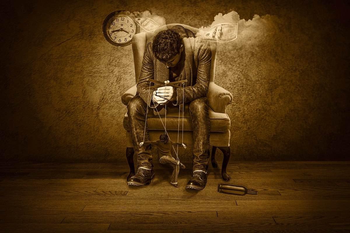 Homem sentado com uma marionete