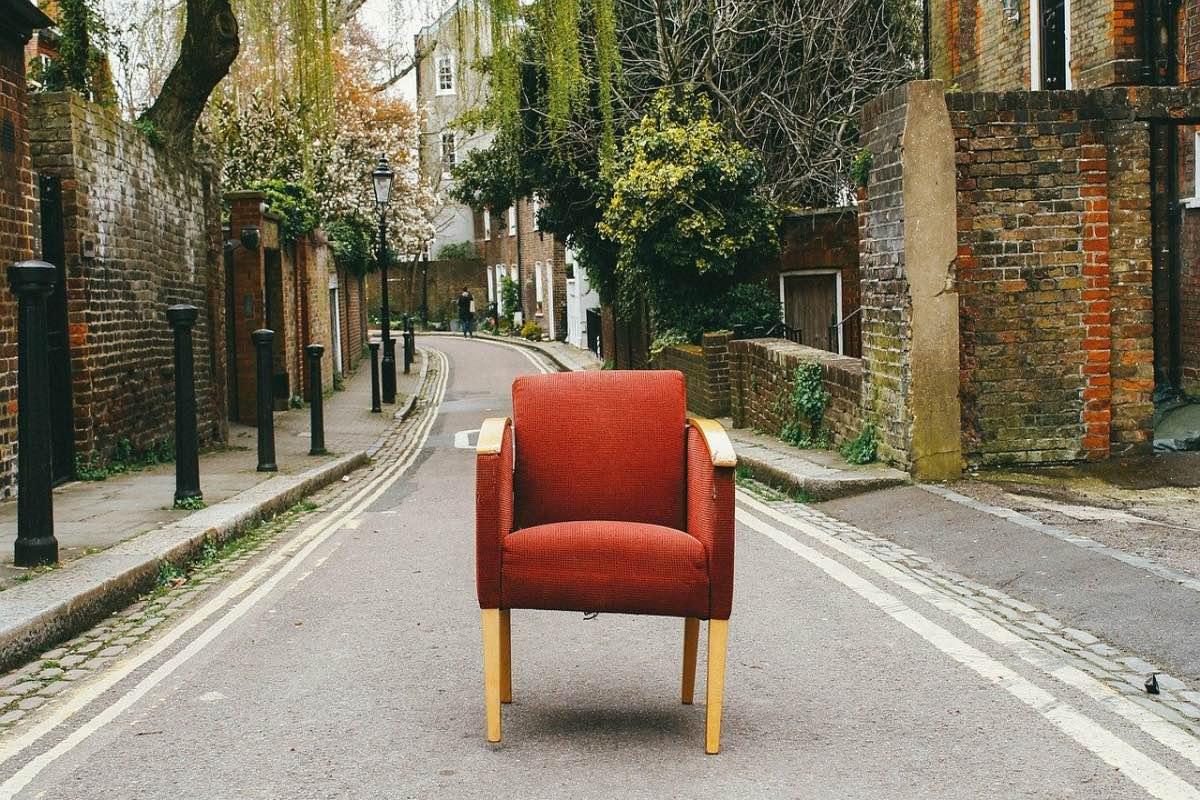 Cadeira no meio da estrada
