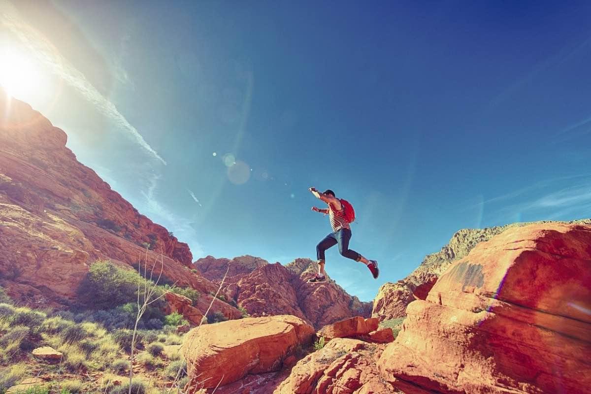 Homem a saltar rochas na montanha